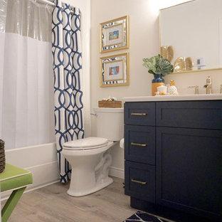 Ispirazione per una piccola stanza da bagno stile marinaro con ante blu, WC a due pezzi, pareti bianche, pavimento in vinile, lavabo da incasso, top in quarzo composito e pavimento grigio