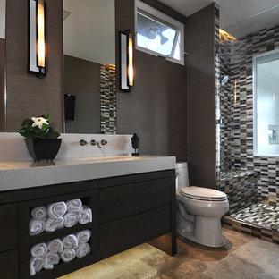Modern inredning av ett en-suite badrum, med släta luckor, mosaik, ett undermonterad handfat, skåp i mörkt trä, bänkskiva i kvarts, en öppen dusch, en toalettstol med hel cisternkåpa, brun kakel, bruna väggar, travertin golv, dusch med gångjärnsdörr och brunt golv