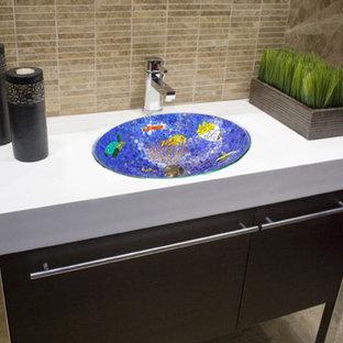 Ispirazione per una stanza da bagno con doccia stile marino di medie dimensioni con lavabo sottopiano, ante lisce, ante in legno bruno, top in marmo, piastrelle multicolore, piastrelle di vetro, pareti beige e pavimento in marmo