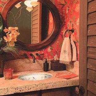 マイアミの大きいトロピカルスタイルのおしゃれなマスターバスルーム (ドロップイン型浴槽、コーナー設置型シャワー、赤い壁) の写真