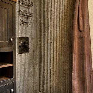 Свежая идея для дизайна: ванная комната в стиле рустика с угловым душем, металлической плиткой и шторкой для душа - отличное фото интерьера