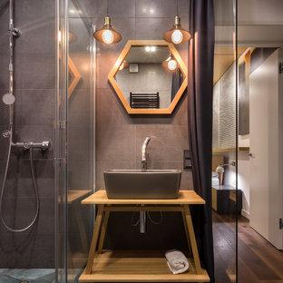 Idee per una stanza da bagno padronale industriale di medie dimensioni con lavabo a bacinella, nessun'anta, top in legno, doccia a filo pavimento, pareti grigie, piastrelle grigie e pavimento verde
