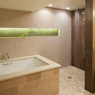 ポートランドのコンテンポラリースタイルのおしゃれなマスターバスルーム (フラットパネル扉のキャビネット、中間色木目調キャビネット、珪岩の洗面台、アンダーマウント型浴槽、ダブルシャワー、茶色いタイル、ベージュの壁、玉石タイル) の写真