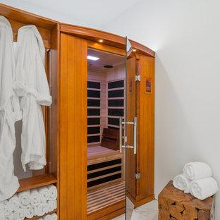 Immagine di una grande sauna stile marino con nessun'anta, ante in legno scuro, pareti bianche, vasca freestanding, doccia aperta, WC sospeso, piastrelle bianche, piastrelle in gres porcellanato, pavimento in gres porcellanato, lavabo a colonna, pavimento bianco e doccia aperta