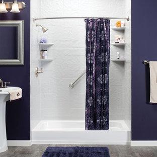 Mittelgroßes Maritimes Badezimmer En Suite mit Nasszelle, lila Wandfarbe, Porzellan-Bodenfliesen und Sockelwaschbecken in Miami