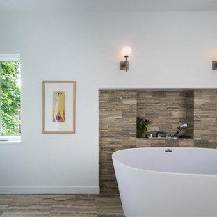 Immagine di una stanza da bagno padronale minimalista con vasca freestanding, piastrelle beige, piastrelle in travertino, pareti bianche, pavimento in travertino e pavimento beige