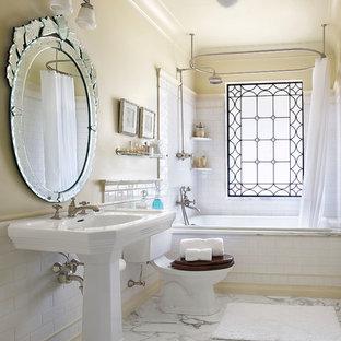 他の地域のヴィクトリアン調 マスターバスルームの画像 (ペデスタルシンク、ドロップイン型浴槽、白いタイル、シャワー付き浴槽、分離型トイレ、大理石の洗面台、シャワーカーテン、サブウェイタイル、ベージュの壁、大理石の床、白い床)