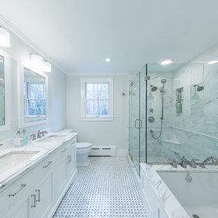 Ejemplo de cuarto de baño principal, clásico, de tamaño medio, con armarios estilo shaker, puertas de armario blancas, bañera encastrada sin remate, ducha esquinera, sanitario de dos piezas, baldosas y/o azulejos blancos, baldosas y/o azulejos de mármol, paredes grises, suelo de mármol, lavabo bajoencimera, encimera de mármol, suelo blanco, ducha con puerta con bisagras y encimeras blancas