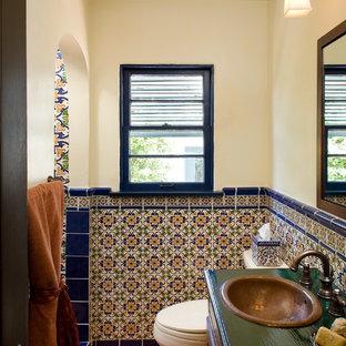 Создайте стильный интерьер: ванная комната в средиземноморском стиле с керамической плиткой, накладной раковиной, столешницей из дерева, разноцветной плиткой и полом из терракотовой плитки - последний тренд