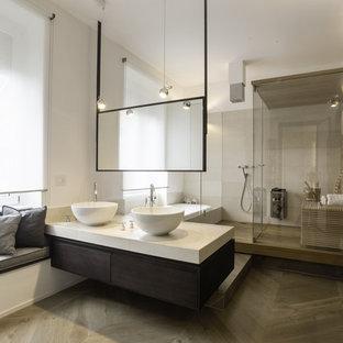 Immagine di una grande sauna contemporanea con ante lisce, ante in legno bruno, vasca ad alcova, doccia aperta, pareti bianche, pavimento in legno massello medio, lavabo a bacinella, top in marmo e pavimento beige
