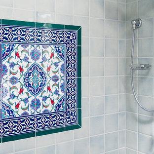 Exempel på ett mellanstort medelhavsstil badrum med dusch, med skåp i shakerstil, vita skåp, ett badkar i en alkov, en öppen dusch, en toalettstol med separat cisternkåpa, blå kakel, röd kakel, vit kakel, keramikplattor, vita väggar, klinkergolv i keramik, ett undermonterad handfat, bänkskiva i kvarts, flerfärgat golv och dusch med gångjärnsdörr