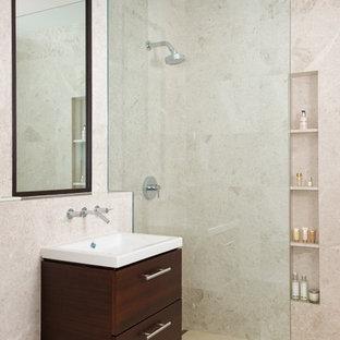 Immagine di una stanza da bagno per bambini tropicale di medie dimensioni con consolle stile comò, ante in legno bruno, top piastrellato, doccia aperta, WC sospeso, piastrelle bianche, piastrelle in ceramica, pareti beige e pavimento in pietra calcarea