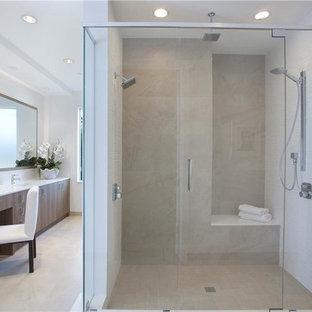 Источник вдохновения для домашнего уюта: главная ванная комната среднего размера в современном стиле с плоскими фасадами, светлыми деревянными фасадами, японской ванной, душем в нише, белыми стенами, полом из травертина, бежевым полом и душем с распашными дверями