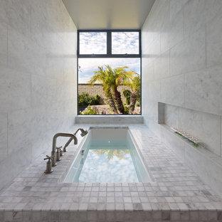 Неиссякаемый источник вдохновения для домашнего уюта: ванная комната в современном стиле с каменной плиткой