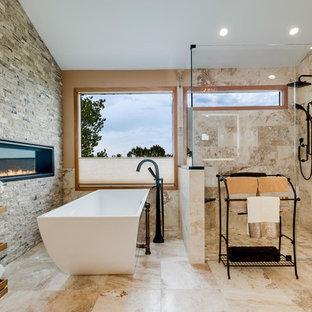 Immagine di una grande stanza da bagno padronale design con vasca freestanding, doccia a filo pavimento, piastrelle beige, piastrelle in travertino, pavimento in travertino, pavimento beige, porta doccia a battente e pareti beige
