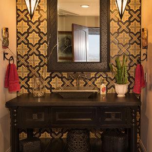 Ejemplo de cuarto de baño mediterráneo, de tamaño medio, con armarios abiertos, puertas de armario marrones, baldosas y/o azulejos beige, baldosas y/o azulejos de terracota, paredes beige, suelo de madera en tonos medios, lavabo sobreencimera y encimera de madera