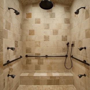 Cette image montre une douche en alcôve principale méditerranéenne de taille moyenne avec un carrelage beige, un carrelage de pierre, un mur beige, un sol en calcaire, un placard avec porte à panneau surélevé, des portes de placard en bois sombre, une baignoire encastrée, un WC à poser, un lavabo encastré et un plan de toilette en calcaire.