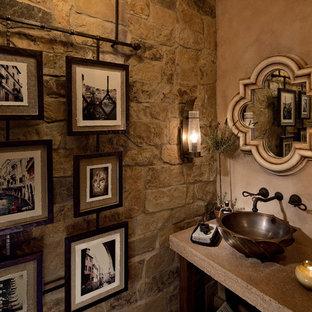 Foto di una stanza da bagno con doccia mediterranea di medie dimensioni con consolle stile comò, ante con finitura invecchiata, WC a due pezzi, piastrelle marroni, piastrelle in pietra, pareti beige, pavimento in travertino, lavabo a bacinella e top in superficie solida