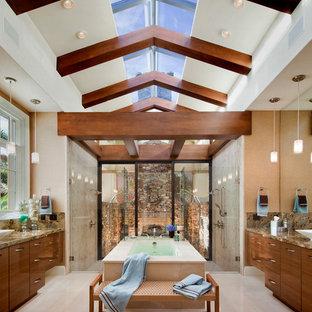 Modernes Badezimmer mit Unterbauwaschbecken, flächenbündigen Schrankfronten, hellbraunen Holzschränken, Granit-Waschbecken/Waschtisch, freistehender Badewanne, offener Dusche, Toilette mit Aufsatzspülkasten, beigefarbenen Fliesen und Steinfliesen in Orlando