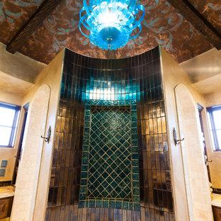 Идея дизайна: главная ванная комната среднего размера в средиземноморском стиле с накладной ванной, коричневой плиткой, зеленой плиткой, разноцветной плиткой, металлической плиткой и бежевыми стенами