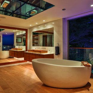 Ispirazione per una stanza da bagno padronale design con ante lisce, ante marroni, vasca freestanding, piastrelle bianche, piastrelle in ceramica, pareti bianche, parquet chiaro, lavabo rettangolare, top in marmo, pavimento marrone e top bianco