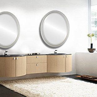 Ispirazione per una stanza da bagno padronale contemporanea con consolle stile comò, ante marroni, doccia alcova, WC monopezzo, pareti beige, lavabo da incasso, top in granito, pavimento marrone e porta doccia scorrevole