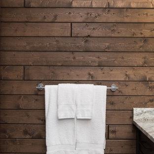 Großes Rustikales Badezimmer En Suite mit Schrankfronten im Shaker-Stil, dunklen Holzschränken, Badewanne in Nische, Duschnische, Wandtoilette mit Spülkasten, grauen Fliesen, Keramikfliesen, brauner Wandfarbe, Laminat, Unterbauwaschbecken, Granit-Waschbecken/Waschtisch, braunem Boden, Falttür-Duschabtrennung und grauer Waschtischplatte in Vancouver