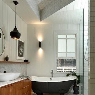 ブリスベンのコンテンポラリースタイルのおしゃれな浴室 (フラットパネル扉のキャビネット、中間色木目調キャビネット、猫足バスタブ、アルコーブ型シャワー、白いタイル、サブウェイタイル、白い壁、ベッセル式洗面器、白い床、オープンシャワー、白い洗面カウンター、洗面台1つ、独立型洗面台、折り上げ天井、塗装板張りの壁) の写真