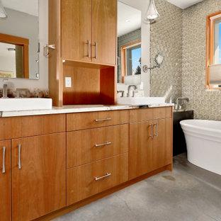 Bild på ett mellanstort rustikt flerfärgad flerfärgat en-suite badrum, med släta luckor, skåp i mellenmörkt trä, ett fristående badkar, en hörndusch, beige kakel, glaskakel, vita väggar, betonggolv, ett fristående handfat, bänkskiva i kvarts, grått golv och dusch med gångjärnsdörr