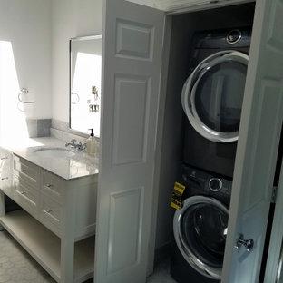 Ejemplo de cuarto de baño principal y abovedado, moderno, grande, con armarios con paneles empotrados, puertas de armario blancas, ducha a ras de suelo, suelo de mármol, lavabo bajoencimera, encimera de mármol y encimeras multicolor