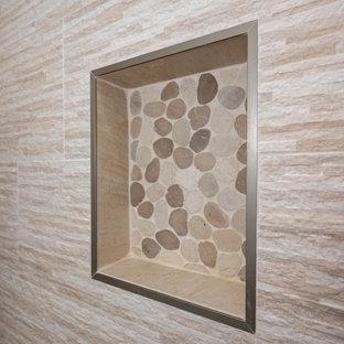 Foto di una stanza da bagno moderna di medie dimensioni con doccia aperta, piastrelle multicolore, piastrelle in travertino e porta doccia a battente