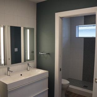 Diseño de cuarto de baño infantil, tropical, pequeño, con armarios tipo mueble, puertas de armario blancas, baldosas y/o azulejos blancos, baldosas y/o azulejos de porcelana, encimera de acrílico y encimeras blancas