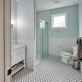 Foto de cuarto de baño con ducha, ecléctico, pequeño, con armarios tipo mueble, puertas de armario blancas, ducha empotrada, sanitario de dos piezas, baldosas y/o azulejos blancos, baldosas y/o azulejos de cemento, paredes grises, suelo con mosaicos de baldosas, lavabo bajoencimera, encimera de ónix, suelo blanco, ducha con puerta con bisagras y encimeras multicolor
