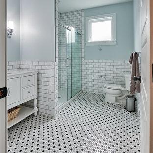 Inredning av ett eklektiskt litet flerfärgad flerfärgat badrum med dusch, med möbel-liknande, vita skåp, en dusch i en alkov, en toalettstol med separat cisternkåpa, vit kakel, tunnelbanekakel, grå väggar, mosaikgolv, ett undermonterad handfat, bänkskiva i onyx, vitt golv och dusch med gångjärnsdörr