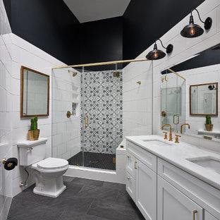 Inredning av ett klassiskt stort badrum med dusch, med skåp i shakerstil, vita skåp, vit kakel, svart och vit kakel, ett undermonterad handfat, dusch med gångjärnsdörr, cementkakel, en hörndusch, en toalettstol med separat cisternkåpa, svarta väggar, skiffergolv, marmorbänkskiva och svart golv