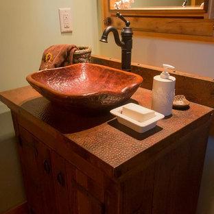 Ejemplo de cuarto de baño con ducha, rural, grande, con armarios estilo shaker, puertas de armario de madera oscura, paredes verdes, lavabo sobreencimera y encimera de cobre
