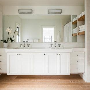 Foto på ett mellanstort vintage en-suite badrum, med skåp i shakerstil, vita skåp, vita väggar, ljust trägolv, ett undermonterad handfat, beiget golv, ett badkar i en alkov, vit kakel och keramikplattor