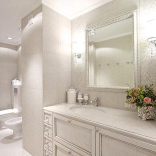 Ispirazione per una stanza da bagno chic con ante con riquadro incassato, ante bianche, orinatoio, piastrelle bianche, pareti bianche e lavabo sottopiano