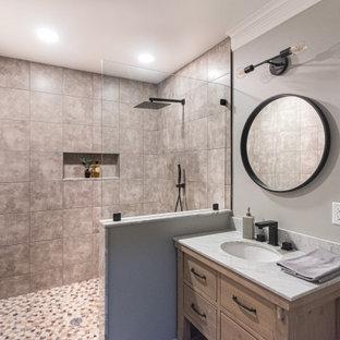 Ejemplo de cuarto de baño con ducha, rústico, de tamaño medio, con armarios con paneles lisos, puertas de armario beige, ducha abierta, sanitario de una pieza, baldosas y/o azulejos beige, paredes grises, lavabo bajoencimera, ducha abierta y encimeras multicolor