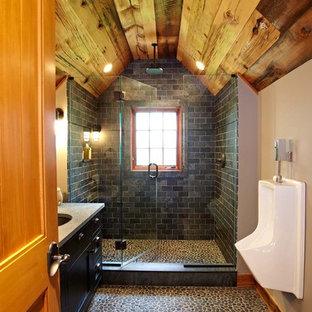Idéer för ett klassiskt badrum, med ett urinoar, klinkergolv i småsten och skifferkakel