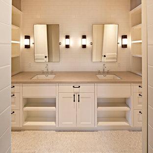 Modelo de cuarto de baño tradicional, de tamaño medio, con encimera de cemento, baldosas y/o azulejos blancos, baldosas y/o azulejos de cerámica, suelo de baldosas de cerámica, lavabo bajoencimera, armarios estilo shaker y puertas de armario blancas