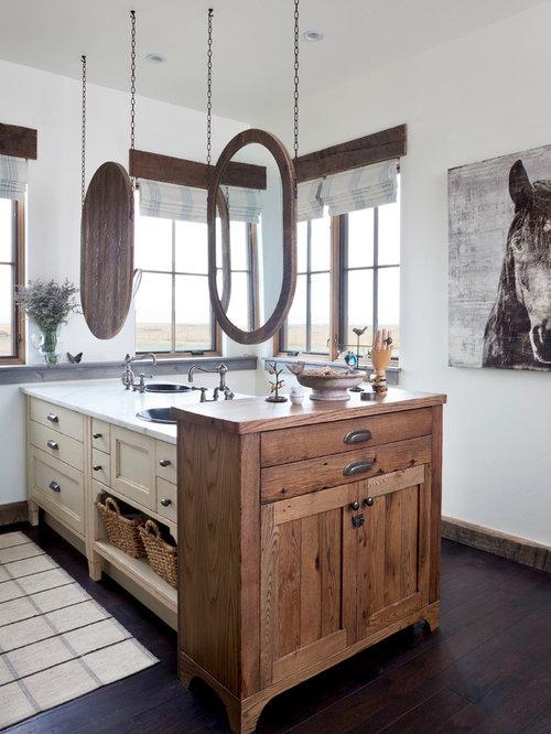 Salle de bain avec un lavabo pos et un sol en bois fonc for Pose d un lavabo