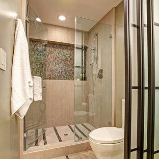 Cette image montre une douche en alcôve design avec un carrelage beige et un mur beige.