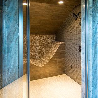 Esempio di una stanza da bagno rustica di medie dimensioni con doccia alcova, piastrelle marroni, piastrelle grigie, piastrelle in pietra, pavimento con piastrelle di ciottoli, pavimento bianco e porta doccia a battente