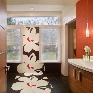 Пример оригинального дизайна: главная ванная комната среднего размера в стиле модернизм с монолитной раковиной, плоскими фасадами, коричневыми фасадами, столешницей из гранита, инсталляцией, красной плиткой, керамогранитной плиткой, красными стенами и полом из керамогранита