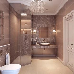 Ispirazione per una grande stanza da bagno con doccia stile shabby con pareti rosa, lavabo a bacinella, pavimento beige, porta doccia a battente, doccia ad angolo, WC monopezzo, pavimento in gres porcellanato e top piastrellato