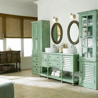 Ejemplo de cuarto de baño principal, marinero, de tamaño medio, con lavabo sobreencimera, puertas de armario con efecto envejecido y bañera con patas