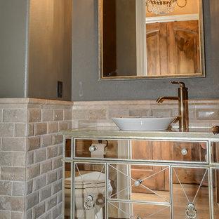 Idee per una stanza da bagno con doccia vittoriana con ante di vetro, piastrelle beige, pavimento in legno massello medio e pavimento marrone