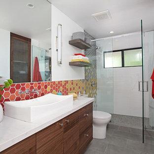 Diseño de cuarto de baño con ducha, actual, con armarios con paneles lisos, puertas de armario de madera oscura, ducha empotrada, baldosas y/o azulejos grises, baldosas y/o azulejos naranja, baldosas y/o azulejos rojos, baldosas y/o azulejos blancos, baldosas y/o azulejos amarillos, paredes blancas, lavabo sobreencimera, suelo gris y ducha con puerta con bisagras