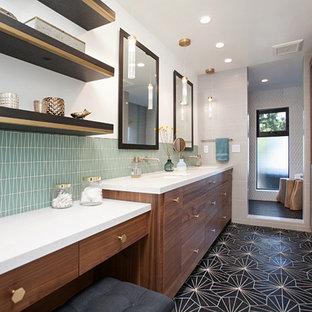 Modernes Badezimmer En Suite mit flächenbündigen Schrankfronten, hellbraunen Holzschränken, Duschnische, grünen Fliesen, weißen Fliesen, weißer Wandfarbe, Zementfliesen, Unterbauwaschbecken, schwarzem Boden und offener Dusche in San Diego